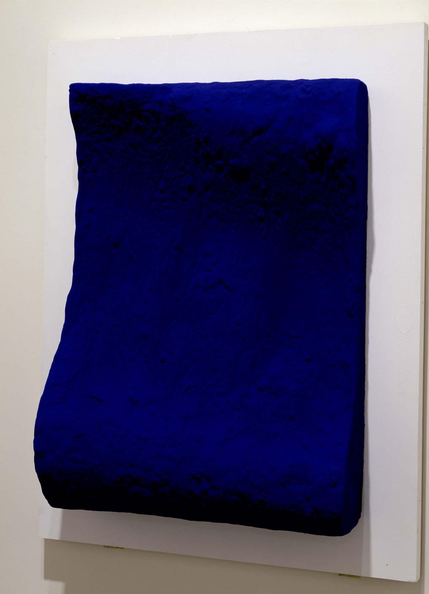 yves klein la vague ikb 160 c prototype du relief monochrome bleu propos pour le vestibule. Black Bedroom Furniture Sets. Home Design Ideas