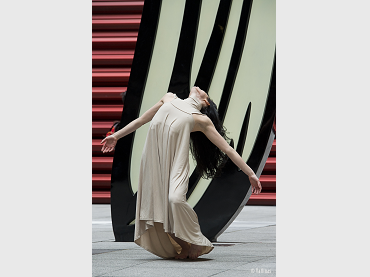 Melanie Olcina, performing choreography by Antonio Ruz, in front of Roy Lichtenstein's Brushstroke, Nouvel Patio, Dance Attacks. © Jesús Vallinas