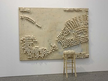 Marcel Broodthaers. Panel with Eggs and Stool, 1966. Instalación. Colección Museo Nacional Centro de Arte Reina Sofía, Madrid