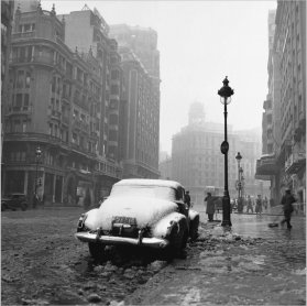 Francesc Català-Roca. Gran Vía nevada (Gran Vía Under Snow), 1953 / posthumous print, 2003. Photography. Museo Nacional Centro de Arte Reina Sofía Collection, Madrid