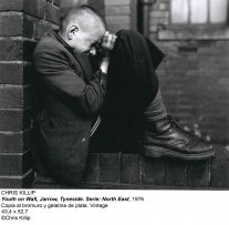 Chris Killip, Youth on Wall, Jarrow, Tyneside. Serie: North East, 1976. Silver bromide gelatin copy. Vintage. 43,4 x 52,7 cm. © Chris Killip