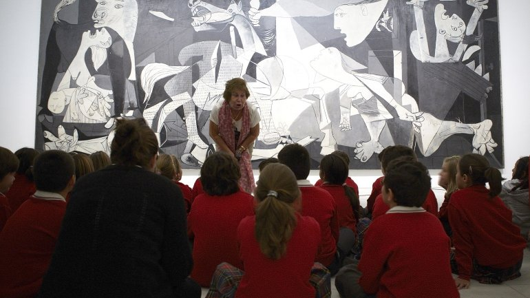 Juani, cultural volunteer at the Museo Reina Sofía, with a group of schoolchildren