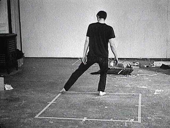 Videoframe of Dance or Exercise on the Perimeter of a Square (Square Dance), 1967-1968 de Bruce Nauman. © Bruce Nauman, VEGAP, Madrid 2015. Courtesy of Electronic Arts Intermix (EAI), New York