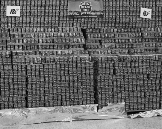 Chris Killip. Latas de alubias en un supermercado, North Shields, Tyneside, 1981. Cortesía Museum Folkwang, Essen © Chris Killip