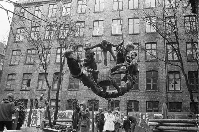 Palle Nielsen, Un grupo de activistas de diferentes organizaciones en Dinamarca despejaron un patio trasero en Stengade 52 en el área de Nørrebro en Copenhague el 31 de marzo de 1968 y en su lugar construyeron un parque infantil. Esto se hizo para llamar la atención sobre la falta de terrenos de juego, así como una remodelación general de la zona. © VEGAP, Madrid, 2014 © PETERSEN ERIK / Polfoto