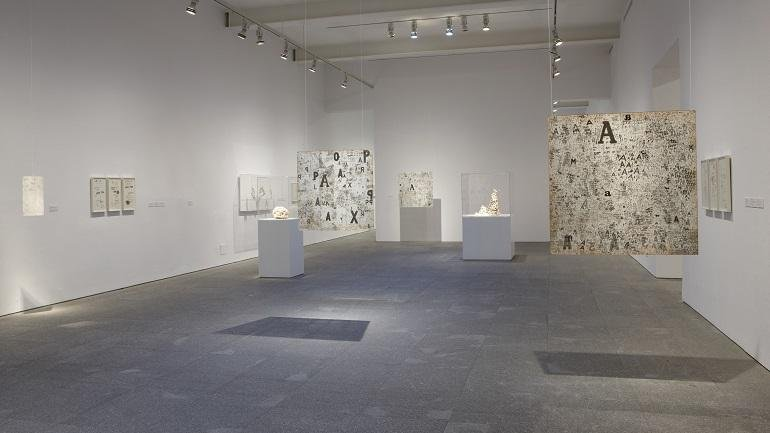 Exhibition view. León Ferrari y Mira Schendel: The Frenzied Alphabet, 2009