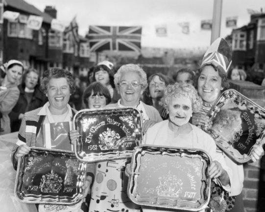Chris Killip. Celebración de las bodas de plata de la reina, North Shields, Tyneside, 1977. Cortesía del artista © Chris Killip