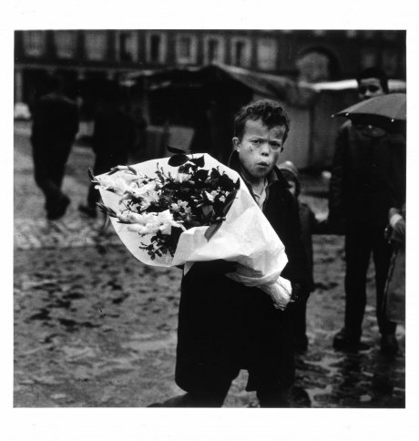 Niño con ramo (Plaza Mayor, Madrid) (Boy with Bouquet [Plaza Mayor, Madrid])