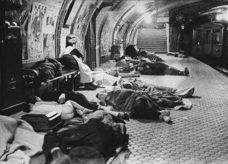 El pueblo de Madrid busca refugio en el metro durante los bombardeos (The People of Madrid Seek Shelter in the Subway During the Air Raids)