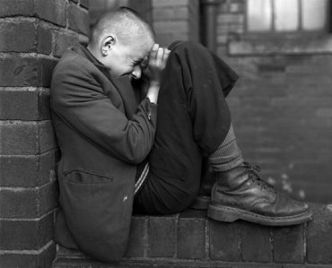 Chris Killip. Youth on Wall, Jarrow, Tyneside. Serie: North East, 1976. Cortesía Museum Folkwang, Essen © Chris Killip