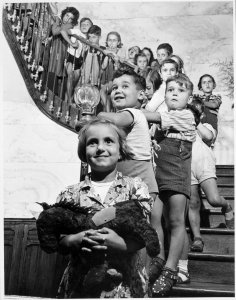 Children on Staircase (Niños en la escalera)