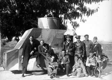 El frente de Toledo. Corresponsales de guerra posan con la dotación del vehículo blindado (The Toledo Frontline. War Correspondents Pose with the Crew of the Armoured Vehicle)
