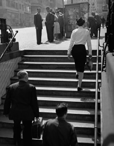 Azafata saliendo del metro de Gran Vía (Stewardess Leaving the Subway on Gran Vía)
