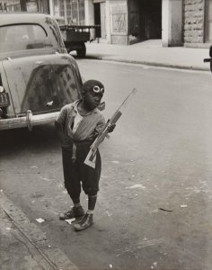 New York, c. 1940 (Boy with Rifle) (Nueva York, ca. 1940 [Niño con rifle])