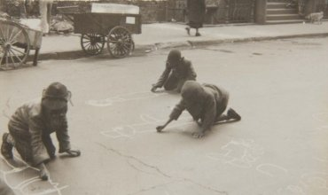 New York, 1940 (Children Drawing in the Street) (Nueva York, 1940 [Niños dibujando en la calle])