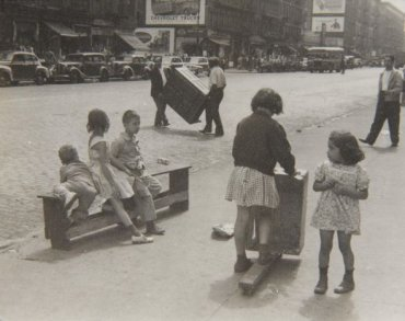 New York, 1940 (Kids Playing with a Scooter) (Nueva York, 1940 [Niños jugando con un patinete])