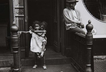 New York, 1940 (Man Watching Girl On Back) (Nueva York, 1940 [Hombre mirando a niña a caballito])