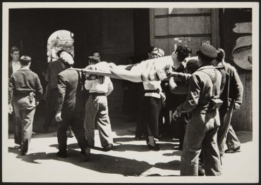 Barcelona, traslado de un herido (Barcelona, Transporting an Injured Man)