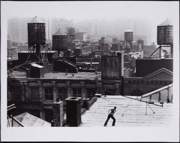 "Trisha Brown ""Roof Piece"" (1971), Performance Work by Trisha Brown  («Pieza en la azotea» [1971], performance de Trisha Brown)"
