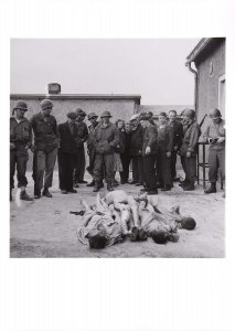 Civilians and US Soldiers with Dead Prisoners, Buchenwald, Germany (Civiles y soldados estadounidenses con presos muertos, Buchenwald, Alemania)