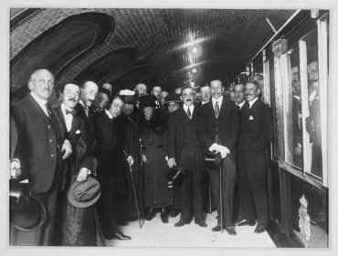 Alfonso XIII inaugura el primer tramo del metropolitano de Madrid (Alfonso XIII Opens the First Section of the Madrid Underground System)