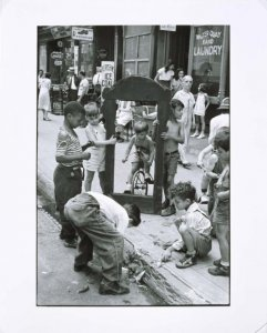 New York, c. 1940 (Children Playing With a Picture Frame) (Nueva York, ca. 1940 [Niños jugando con un marco])